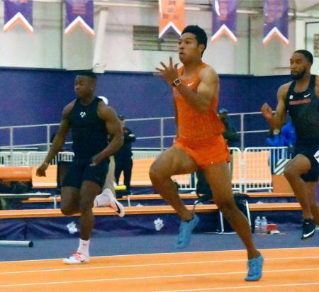 60メートルの予選を走るフロリダ大のサニブラウン・ハキーム(手前)=米サウスカロライナ州クレムソン(共同)