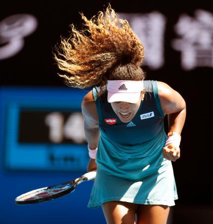 女子シングルス3回戦で、ポイントを奪い雄たけびを上げる大坂なおみ=メルボルン(共同)
