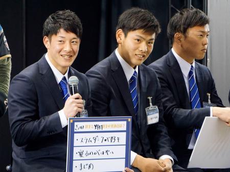 日本ハムグループの展示会に出席した吉田輝星投手(左)ら=19日、千葉市