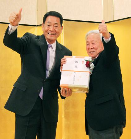 駒大野球部の70周年記念祝賀会でポーズをとる中畑清OB会長(左)と太田誠終身名誉監督=19日、東京都港区