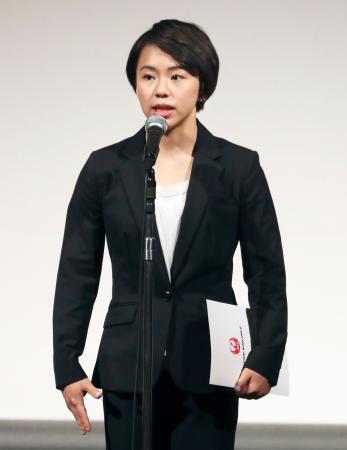 日本体操協会の年間表彰であいさつする村上茉愛=19日、東京都内