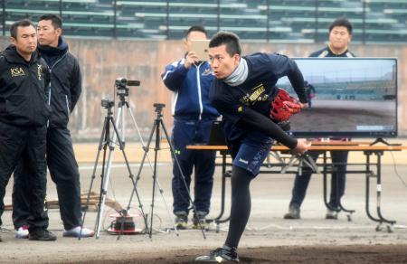 複数のカメラで撮影されながら投球練習するソフトバンク・千賀=福岡県久留米市