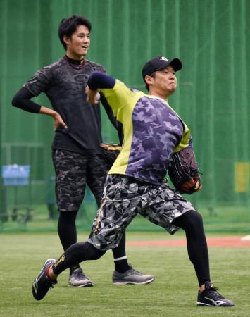 室内練習場で練習を公開した阪神・西(右)。左は藤浪=西宮市