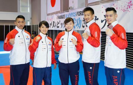 記者会見を終えポーズをとる喜友名諒(左端)ら空手日本代表=20日、東京都内