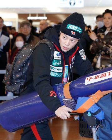 欧州遠征から帰国したノルディックスキー・ジャンプ男子の小林陵侑=22日、羽田空港