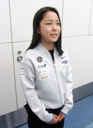 欧州への出発前に取材に応じるノルディックスキー・ジャンプ女子の高梨沙羅=23日、羽田空港