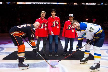 "NHLダックスの試合で""始球式""を務めたエンゼルスの大谷翔平(中央)=アナハイム(ダックス提供、共同)"