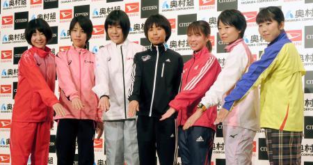 大阪国際女子マラソンを前に、記者会見でポーズをとる福士加代子(中央)、田中智美(その右)ら。左端は大森菜月=25日、大阪市