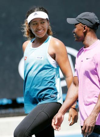 女子シングルス決勝に向けた調整で笑顔を見せる大坂なおみ=メルボルン(共同)