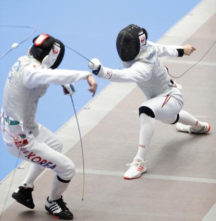 男子フルーレ個人 予選を突破した松山恭助(右)=港区スポーツセンター