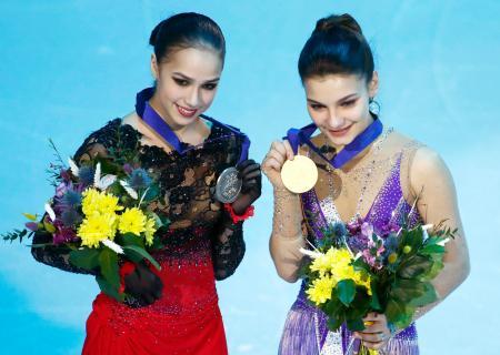フィギュアスケートの欧州選手権女子で優勝したロシアのソフィア・サモドゥロワ(右)と2位のアリーナ・ザギトワ=25日、ミンスク(AP=共同)