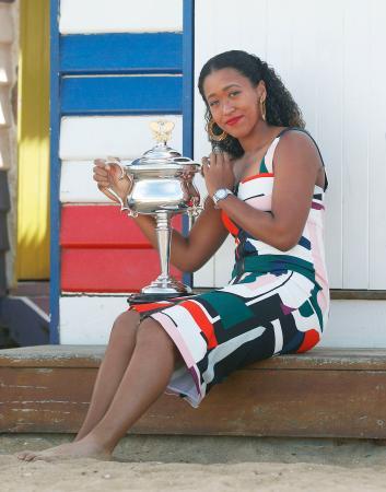 全豪オープン女子シングルス優勝を記念し、ビーチで撮影に応じる大坂なおみ=27日、メルボルン(共同)