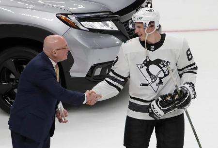 NHLオールスター戦、大都市圏地区を優勝に導き、MVPの表彰を受けるペンギンズのシドニー・クロスビー=26日、サンノゼ(AP=共同)