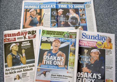 全豪オープン女子シングルスで優勝した大坂なおみ選手を大きく報じる地元紙=27日、メルボルン(共同)