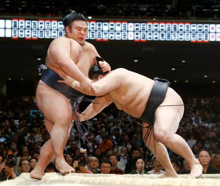 貴景勝(左)が押し出しで豪栄道に敗れる=両国国技館