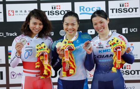 2位に入り、表彰式でメダルを持つ太田りゆ(左)=27日、香港(AP=共同)