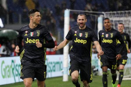 チームの得点を喜ぶロナルド(左)らユベントスの選手たち=27日、ローマ(AP=共同)