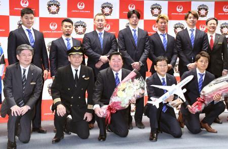 米アリゾナ州でのキャンプへ出発前に、記念撮影する日本ハムの選手ら。前列右から2人目は栗山監督=28日、成田空港