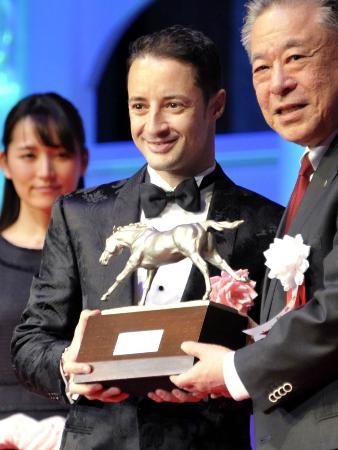 JRA賞授賞式で騎手大賞を受賞したクリストフ・ルメール騎手(中央)=28日、東京都内のホテル
