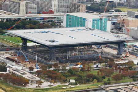 建設中の五輪水泳センター=2018年10月=東京都江東区