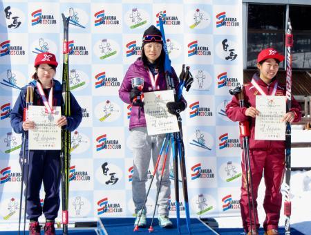 スキーの全日本選手権距離の女子5キロクラシカルで優勝した石田正子(中央)=白馬