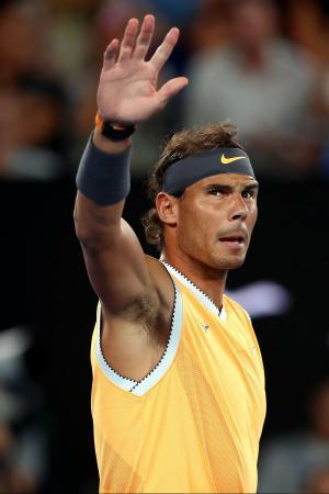 全豪オープン2回戦で観客の声援に応えるラファエル・ナダル=16日、メルボルン(ゲッティ=共同)