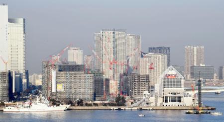 2020年東京五輪・パラリンピックの開幕に向け、都心臨海部で建設が進む選手村。手前右は晴海客船ターミナル=30日、東京・晴海
