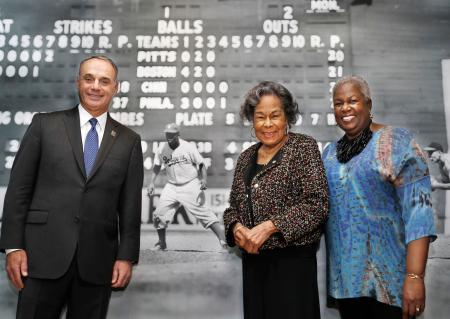故ジャッキー・ロビンソン氏の生誕100年を記念したイベントに出席したレイチェル夫人(中央)=1月31日、ニューヨーク(AP=共同)