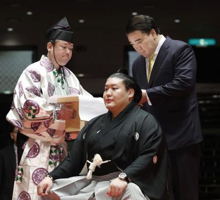 断髪式で元横綱日馬富士からはさみを入れられる元幕内貴ノ岩=2日午前、東京・両国国技館