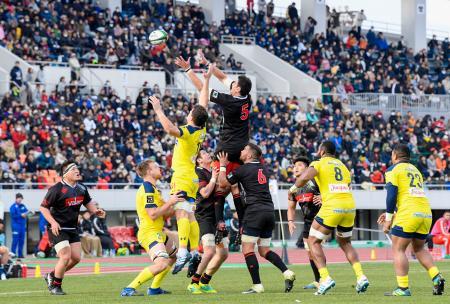 ラグビーの慈善試合で競り合うトップリーグ選抜(中央右)とクレルモンの選手=2日、岐阜長良川競技場