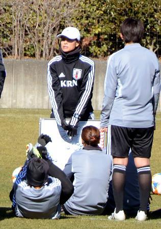 ホワイトボードを使って選手に指示を出すサッカー女子日本代表の高倉監督(奥)=静岡県内