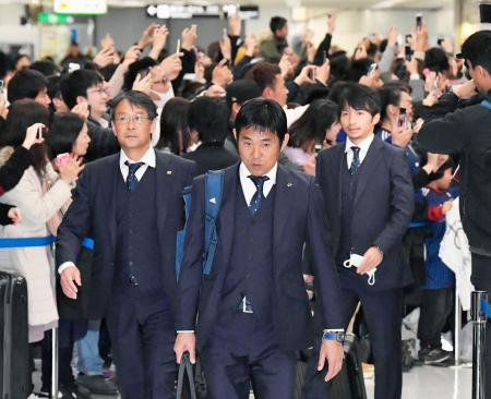 アジア・カップから帰国し、サポーターに迎えられるサッカー日本代表の森保監督(中央)、柴崎(右)ら=2日、成田空港