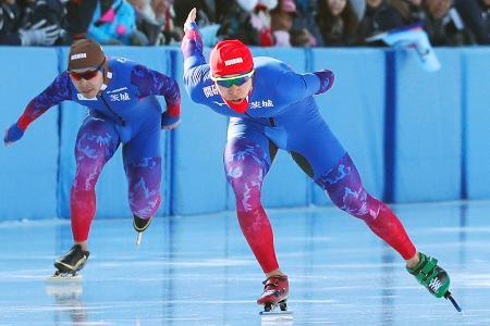 スピード成年男子1500メートルで優勝した小田卓朗(右)=釧路市柳町スピードスケート場