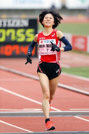 女子で日本歴代3位となる1時間7分55秒で2位に入った鈴木亜由子=Pikaraスタジアム