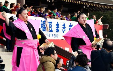 成田山新勝寺の節分会で、小結御嶽海(左)と豆をまく横綱白鵬=3日、千葉県成田市
