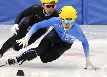 ショートトラック少年男子500メートル決勝 優勝した大阪・宮田将吾(先頭)=釧路市春採アイスアリーナ
