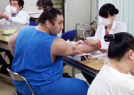 健康診断で採血する栃ノ心。花相撲を休場する方針を示した=4日、東京都墨田区