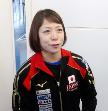 出発を前に取材に応じる重量挙げ日本代表の三宅宏実=4日、羽田空港