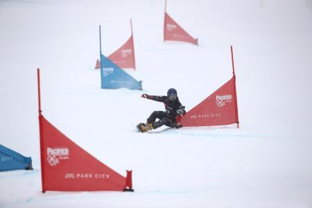 スノーボードの世界選手権、パラレル大回転予選の神野慎之助=4日、パークシティー(ゲッティ=共同)