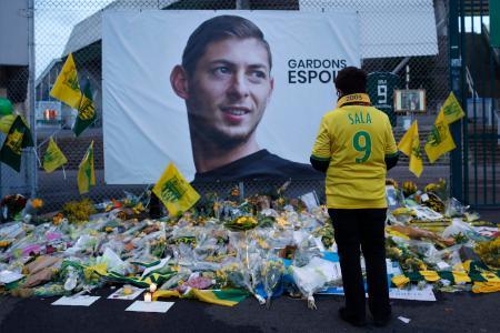 ナントでサラ選手のポスターの前に捧げられた花=1月30日(AP=共同)