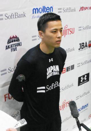 取材に応じるバスケットボール男子のガード富樫=5日、東京都北区