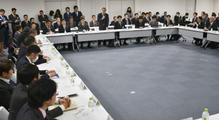 東京都庁で開かれた「交通輸送技術検討会」の会合=6日午後