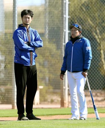 日本ハム・栗山監督(右)と話す米大リーグ・カブスのダルビッシュ=スコッツデール(共同)