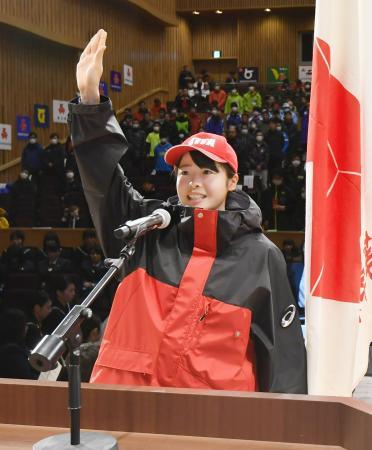 第68回全国高校スキー大会の開会式で選手宣誓する花輪・田中星那=8日午後、秋田県鹿角市