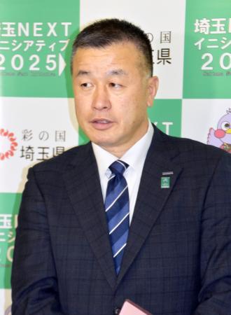 埼玉県庁で取材に応じるラグビートップリーグのパナソニックワイルドナイツの飯島均部長=8日午後