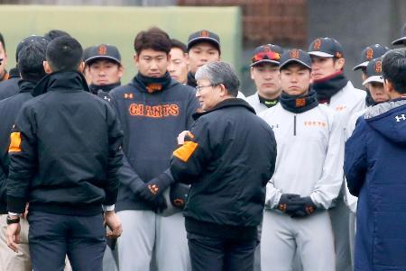 練習前の円陣で長嶋茂雄元監督のメッセージを伝える巨人の山口オーナー(中央)=宮崎