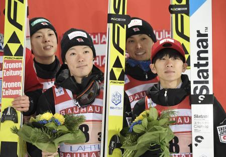 ノルディックスキーW杯ジャンプ男子の団体第3戦で3位に入った日本チーム=9日、ラハティ(ロイター=共同)
