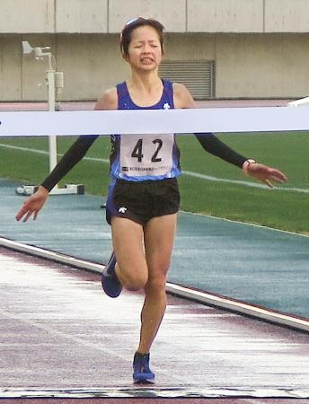 全日本実業団ハーフマラソン女子で、初優勝した佐藤早也伽=山口市の維新みらいふスタジアム