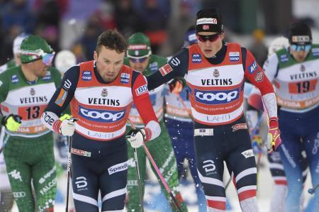 ノルディックスキーW杯距離、男子団体スプリント・クラシカルで優勝したエミル・イベシェン(左)とヨハンネスヘスフロト・クレボのノルウェー1=10日、ラハティ(ロイター=共同)