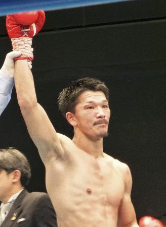 復帰戦で判定勝ちした前日本スーパーフェザー級王者の尾川堅一=後楽園ホール